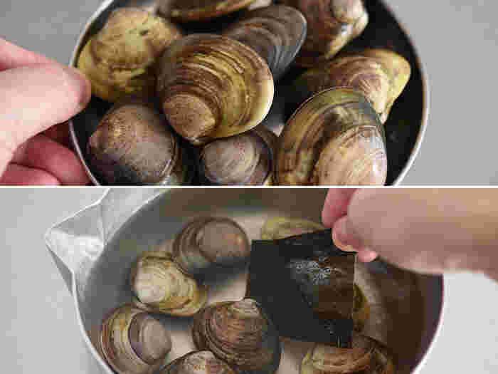 はまぐりのお吸い物がひなまつりの定番メニューとなっているのは、2枚の殻が一対になっていて他の殻とは合わない――夫婦円満を象徴するめでたい貝だと言われているからだそう。 だしは使わずに、砂抜きしたハマグリと昆布を鍋に入れて、水の状態からじっくり火にかけていきます。