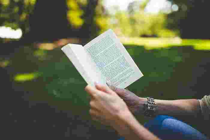 「読書をしたいけれど時間がない」という人は、意外と多いと思いますが、1日10分読書をすると決めてみませんか?読書に慣れていない人は短編や詩、エッセイなど軽く読めるものから、また分厚い本でも毎日10分読むうちに慣れてきて、気がついたら読み終わっていたということもありますよ。
