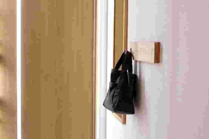 玄関の壁に取り付けて、毎日使うバッグを掛けるのもおすすめ。耐荷重は1つのフックにつき2kgです。使っていないフックは収納できるので、見た目がすっきり!