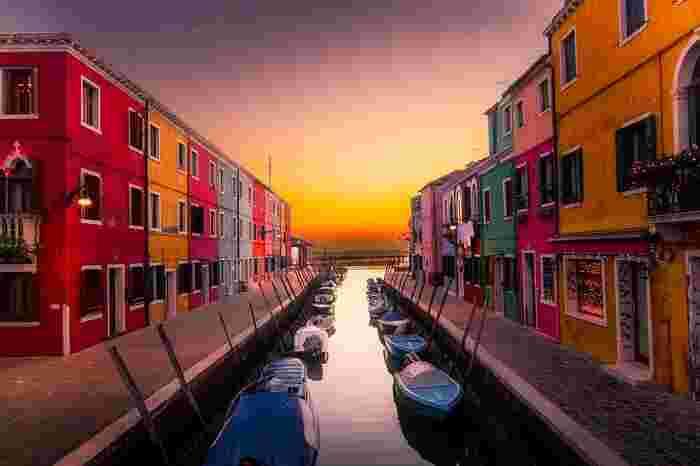 「ブラーノ島」は、イタリアの「ヴェネチア」にある島のひとつ。赤やピンク、黄色に緑などカラフルな建物が立ち並び、まるでおもちゃの国のようなかわいい島です。こんなに色とりどりなのは、漁師が霧の中、自分の家に間違わずに帰れるようにする為だとか。