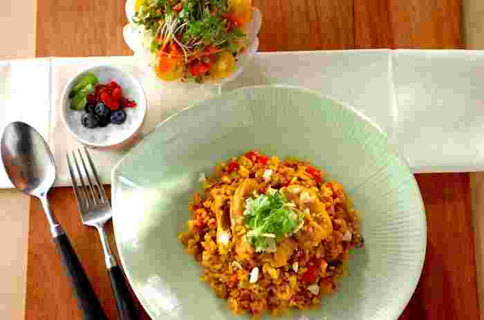お米から炒めて作る、こだわりのターメリックピラフレシピ。キヌアも炊いていないものを使います。食材をスパイスと共に炒めてから炊くので、フライパン一つで調理OK!ターメリックやクミンのスパイシーな風味が、キヌアと相性抜群です。