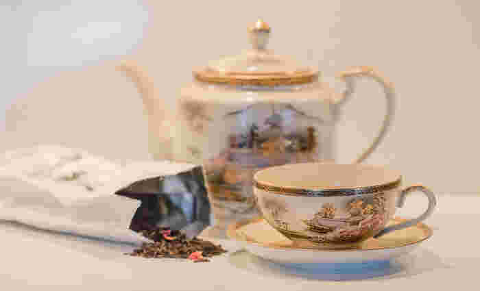 「紅茶」も発酵食品のひとつ、ということを聞いたことはありますか?緑茶や烏龍茶、紅茶などの茶葉はすべて、ツバキ科の常緑樹「チャ」の葉から作られます。お茶の「発酵」とは、菌や微生物を介さず、葉を揉み込んでタンニンなどの成分を空気と反応させる「酸化」のこと。摘み取ってすぐに加熱し、発酵(酸化)を止めたものが「緑茶」、ある程度酸化を進めたものが「烏龍茶」、完全に酸化を進めたものが「紅茶」となります。