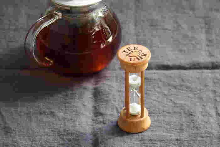 紅茶はお湯を注いで、茶葉を蒸らす時間が大切です。そんな時タイマーで時間を測るのもよいのですが、ゆっくり「一人お茶会」なら、砂時計を使ってみると雰囲気が出ます。 砂時計の砂が落ちるのをじっくり見ていられるくらい、のんびりとした時間を過ごしてみたいですね。