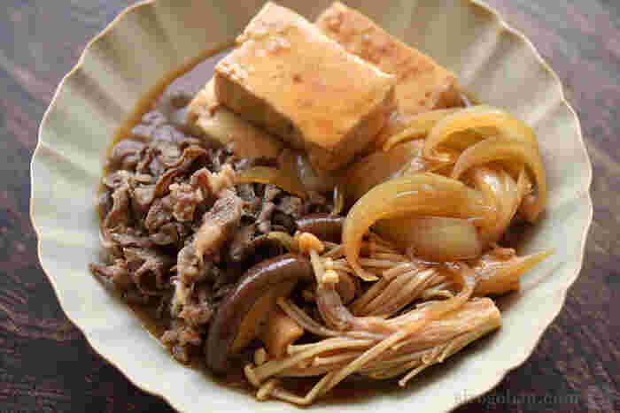定番の甘辛味が染み込んだ豆腐でご飯がすすむ、肉豆腐のレシピ。牛肉や玉ねぎ、キノコをたっぷり加えて作りましょう。シンプルな味付けなので大人から子供までおいしく頂けます。