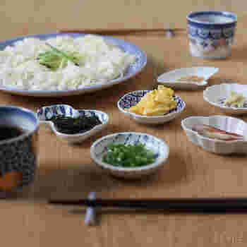 冷たい素麺に、たっぷりの薬味やトッピングを豆皿で並べるととっても豪華に。青系の豆皿は、さわやかでネギの緑や錦糸卵の黄色をより鮮やかに見せてくれますね。