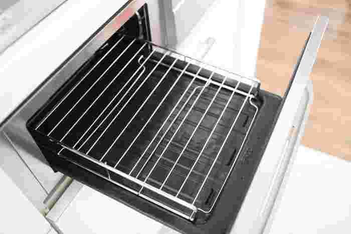 グリラーは、魚焼きグリルに入る薄いつくりになっているのでコンロを塞ぎません。たくさん料理を作るときには、空いているコンロを全部使えるのがうれしい。ただしグリラーは、熱源との間に1cm以上の隙間が必要なのでサイズは確認が必要です。