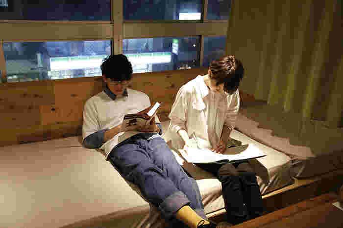 寝っ転がりながらくつろいで読めるお席もあるので、まるでお家にいるようにリラックスしながら読書を楽しめます。
