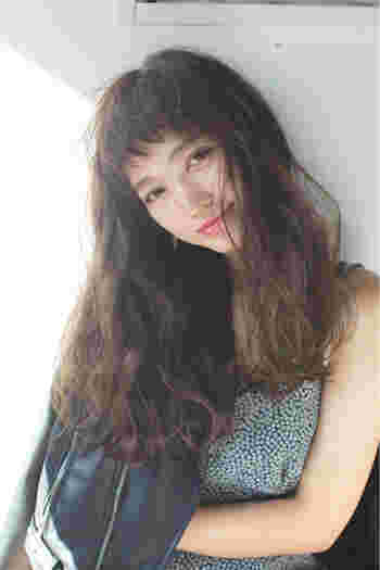 こちらのスタイルはおでこが少し透けて見えるシースルーバングと眉上前髪の組み合わせになっていて、大人女子の方に是非オススメです。