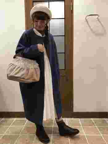 ロングワンピにロングコート。長×長コーデが重たい印象にならないよう、ブーツから少しだけ素肌を覗かせます。