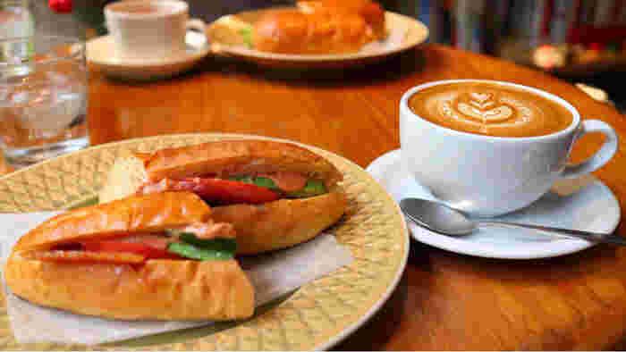 美味しいパンと一緒にコーヒーはいかがでしょうか?コーヒーの他にも豊富なドリンクメニューがあり、旬の食材を使ったものなどもありますので、訪れる時にはぜひチェックしてくださいね。
