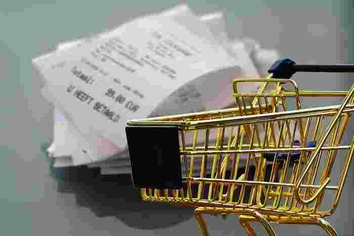 買い物したときは必ずレシートをもらいます。もちろんただもらってためておくだけではダメで、1日に1回または週に1回などタイミングを決めて「食費」「日用品費」「被服費」と、費目ごとに分けておきましょう。