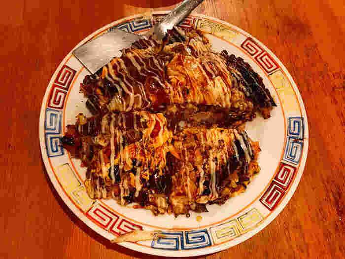 お好み焼きや焼きそばなど定番料理の他、韓国料理も楽しむことができます。トマトチーズ焼きなど女子が好きそうなメニューもたくさん。いろいろ頼んでシェアして楽しめます。