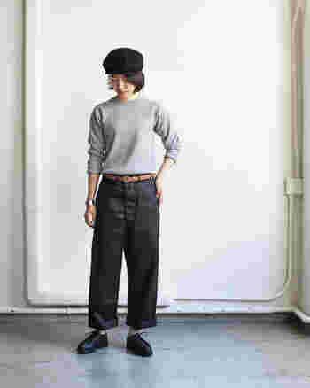メンズライクなシルエットのパンツは、ちょっとコケットなスタイルが良くお似合い。裾をロールアップして、足首をのぞかせたところが巧み。