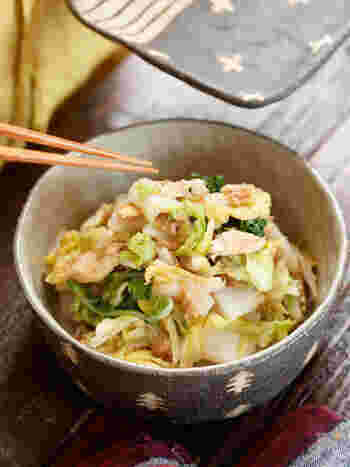 こっくりおでんにおすすめの、さっぱり和風サラダです。ショウガ醤油で和えるだけのシンプルな味付け。白菜のシャキシャキ感も楽しめます。さらにさっぱり仕上げたいときには、ポン酢で和えても良いのだそう♪電子レンジだけでできる簡単レシピです!