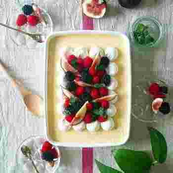 シンプルな材料で作れるプリンも、バットで大きく作ってクリームやフルーツを飾ることで、こんなに素敵なデザートに。これならパーティーのデザートにもぴったりですね♪