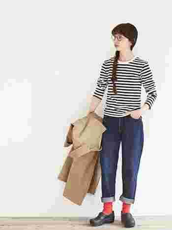 ベーシックなコーディネートに、丸眼鏡、三つ編み、赤ソックスでレトロな雰囲気をプラス♪小物使いで気軽にレトロファッションが楽しめます。