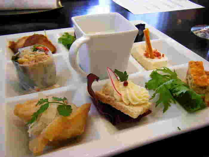 ゆっくり過ごす贅沢ディナーも憧れですが、ランチタイムにもしっかり贅沢感が味わえます。お魚かお肉のメインメニューを選べるランチコースは、特製デザートまで付く大満足の内容です。