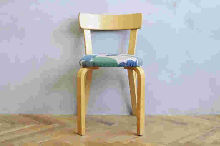 アルヴァ・アアルトの「Chair NO.69 に、大きな花を散りばめた「flower basket」(フラワーバスケット)の生地を合わせて。色とりどりの花が、座面でお花畑のように重なりあいます。