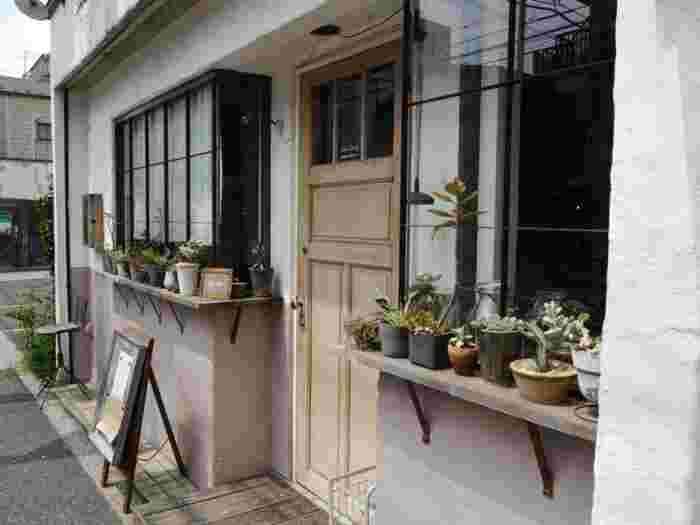 「Shiva Cafe」は吉祥寺駅から歩いて15分くらい。路地裏にそっと佇んでいるような優しい雰囲気のお店です。有機玄米のごはんや有機野菜がたっぷりのワンプレートランチを目当てに、たくさんの人が連日列を作ります。