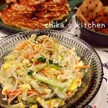 ゴマドレッシングを使って作るこちらのレシピ。ゴマの風味がさらに引き立ちそうな1品です。野菜もたっぷりなので食べごたえも抜群ですね。