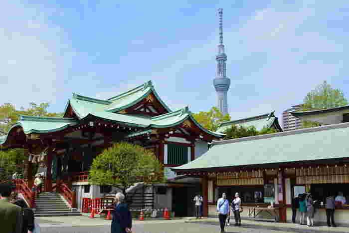 総武線・亀戸駅から徒歩約15分の場所にある「亀戸天神社(かめいどてんじんしゃ)」。菅原道真公を祀っていて、修学旅行生や受験生にも人気の神社です。スカイツリーものぞめますよ。