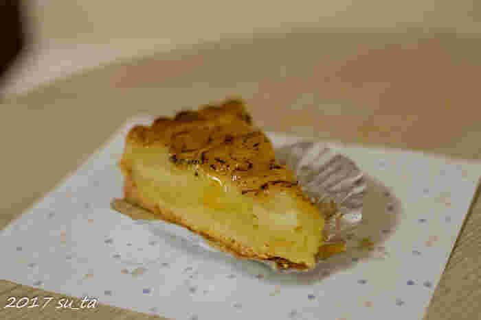 ハード系のパンも美味しい「ル・プチメック」ですが、今出川店では「タルト」の種類も豊富。  こちらは「林檎のタルトフィヌ」。 林檎の自然な甘さと、生地のパリパリ感が味わえます。