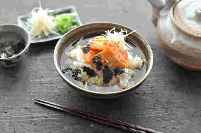 夜食の代名詞とも言える鮭茶漬け。 簡単で手軽に作れて、サラサラと食べられるお茶漬けでリラックスできます。