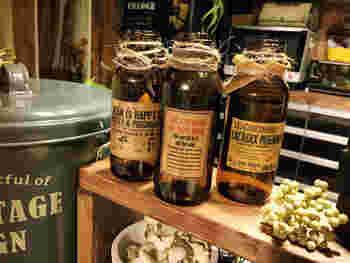 こちらは、栄養ドリンクや美容ドリンクの小瓶にラベルシールを貼ったもの。アメリカンオールドな雰囲気で素敵ですね。 このように麻ひもを巻き付けてアレンジするのもおしゃれです。