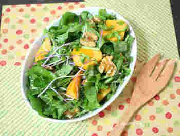 ルッコラ、クルミ、カイワレ大根、柿が入ったパワーサラダは、レモンの風味がきいた爽やかなドレッシングで和えて頂きます。クルミはフライパンで炒ってトッピングすると香ばしい風味も一緒に楽しめますよ。