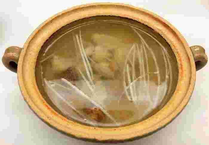 創業以来、百余年。三島由紀夫が、決起前夜に最後の晩餐として食したのが、新橋・末げんの名物「わ」の鍋(鳥鍋)。  いまも、夜の「わ」コースで味わうことができます。末げんは、原敬元首相や六代目菊五郎などの馴染みの店でもありました。