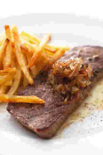 エシャロットとニンニク、グリーンペッパーを添えた、本格フレンチ風ステーキ。選ぶお肉の部位によって変化を楽しめそうです。