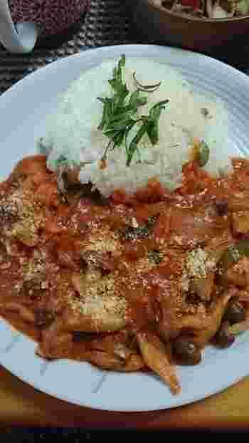 ガーリックライスは、煮込み料理にもとても合います。こちらは、鶏肉のトマトクリーム煮。ゆったりと味わいたいディナーメニューです。