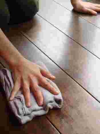 固く絞ったぞうきんで床を拭けば、部屋のキレイさが全然違う!ダイエットを兼ねて、ぞうきんがけを日課にする人も多いとか。