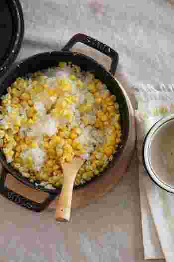 味付けはお塩のみ!ととっても簡単にできてしまうとうもろこしご飯。ポイントは、とうもろこしの芯の部分も一緒に炊き込むことです。芯の部分からトウモロコシ独自の甘みがふわぁ~っとあふれ出るんです。是非試してみてくださいね!