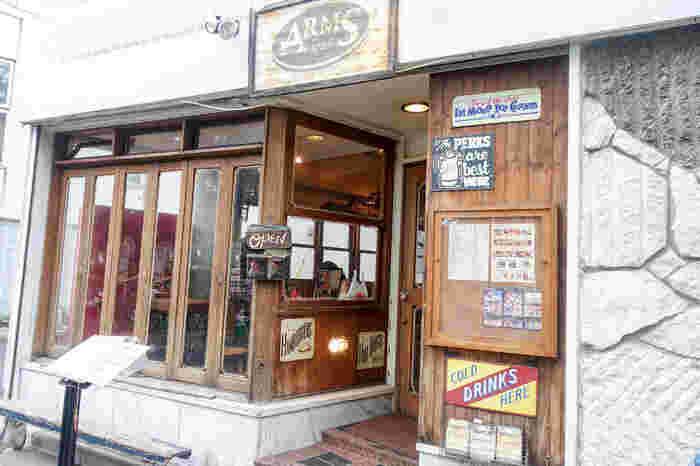 代々木公園駅と代々木八幡駅より徒歩6分の場所にある、アメリカンな雰囲気漂うハンバーガー、サンドイッチカフェ「ARMS」。歩いていると、ついつい良い香りに吸い込まれそうになってしまうかも。