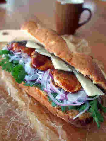 """ごはんによく合うサバの味噌煮。その""""サバ味噌""""を煮るのではなく焼いてサンドイッチに。春菊やルッコラなど苦味がある野菜との相性がいいサバサンドです。"""