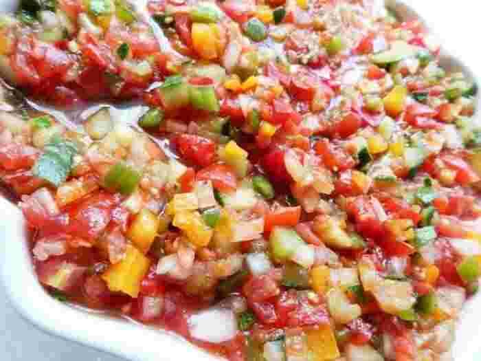 塩コショウやパプリカパウダー、ガーリックなどでシンプルに味付けされたトルコのサラダ。  こちらも夏野菜が多く使われており、レモンやオリーブオイルで爽やかにいただける一品です。  現地ではパンやチーズなどと一緒に食されることが多いです。
