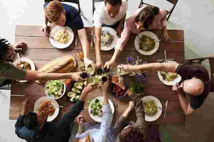 SNSでの出会いが一般的になっていますが、ネット上だけの繋がりではなくて、実際にみんなで会うオフ会に参加すると新たな友達に巡り合えることも多いです。  もともと同じ趣味を持っている人たちの集まりなので、盛り上がります。仲間意識が芽生えやすいので、気を許せる友達を作りやすいですよ。