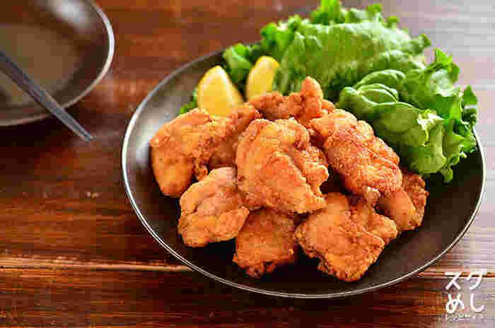 鶏モモ肉は、表面の水気をキッチンペーパーなどで拭き、余分な脂部分を包丁で取り除きます。硬い筋には切れ目を入れておきましょう。皮はフォークで穴を開けておくと、縮まずキレイに仕上がります。ごく少量の塩をまぶしてもんでおけば、細胞が引き締まり、パサつかなくなります。