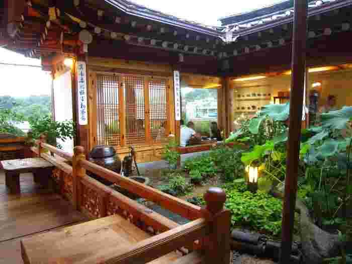 チャマシヌントゥルも韓屋で伝統茶を味わえるカフェですが、仁寺洞の伝統茶院やヌリとはまた違った印象の建物ですよね。やや明るいカラーの木材を使用しており、中央には緑豊かな中庭があります。韓屋にもそれぞれ個性がありますので、韓屋巡りをしてみるのも楽しいですよ。
