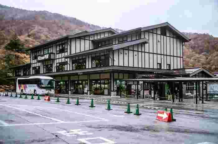 バスでの、奥飛騨温泉郷へのアクセスは・・比較的充実しています。東京の新宿発、長野の松本発、名古屋発、高山発など・・・いろんな場所から奥飛騨温泉郷方面行きのバスへ乗車可能です。  たいてい、平湯温泉にある、こちらの「平湯バスターミナル」を経由。このバスターミナルを交通拠点に、ほかの奥飛騨温泉郷の温泉地へ向かうことができます。  ちなみにこの平湯バスターミナルは、お土産を豊富に取り扱っているうえ、食事処も。「ひらゆの森」もすぐそばにあり、なにかと役立つ場所になりますよ。