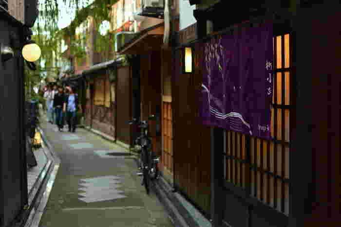 しかし、一歩路地へ入れば京都らしい街並みも広がります。また、先斗町(ぽんとちょう)や木屋町(きやまち)、祇園などの花街にも隣接しています。そんな多面的な魅力がある河原町のおすすめランチをご紹介します。
