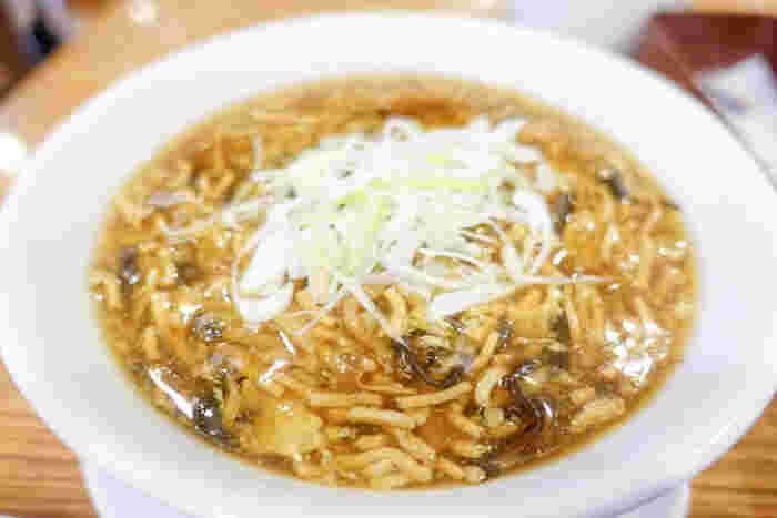 酸味と辛味が絶妙に合わさった酸辣湯麺は、満足感◎。ランチセットは、単品で注文するよりちょっぴりお得になっています。