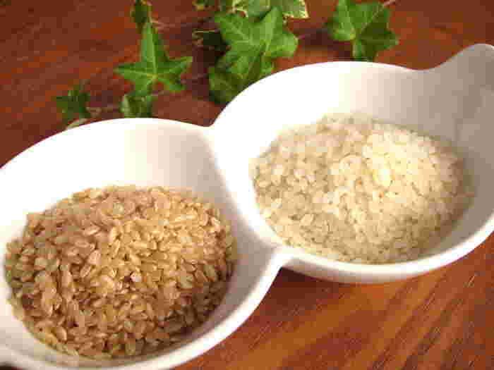 玄米は、米の籾(もみ)から、籾殻だけを除いたもの。玄米から糠(ぬか)を取って精白した白米に比べ、玄米はビタミン、ミネラル、食物繊維が豊富な健康食材として、広く知られています。
