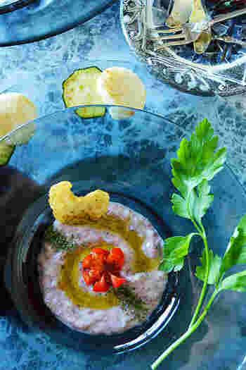 ほんのり赤色できれいなフムス。小豆の風味をしっかり感じられる、シンプルな味付けです。