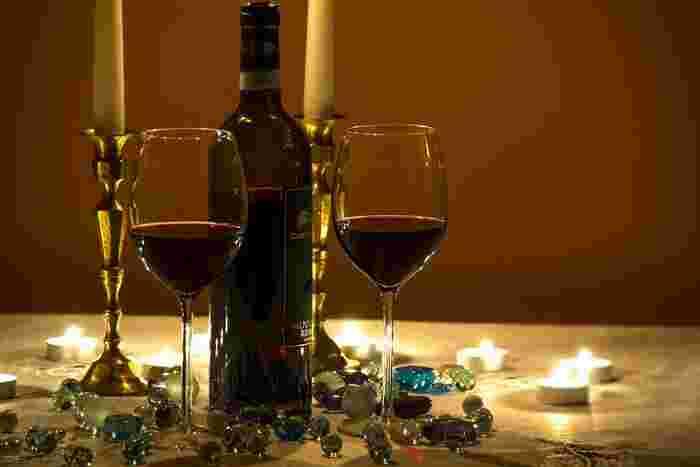 長年お世話になっている年配の男性などには、お酒などのビン類をプレゼントする場合もありますね。瓶自体が暗いカラーの物が多いので、ラッピングは少し明るめの海外のデザインペーパーなどでおしゃれに包んで見ましょう。
