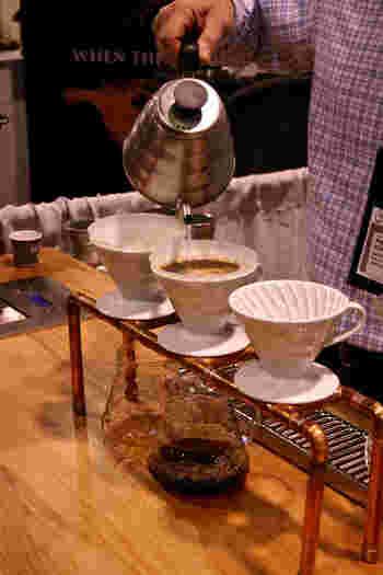 そもそも、海外の「v60」人気のきっかけは、アメリカのシアトル。好みに合わせ、その人のためだけのコーヒーを淹れる、「スペシャリティコーヒー」というムーブメントが起きていた2008年当時、使われていたのが「HARIO v60」でした。  さらに、スペシャリティコーヒーの世界大会で「HARIO v60」が使われたことで人気は決定的なものに。アメリカ西海岸をはじめ、各国のカフェやセレクトショップで扱われるようになったのです。