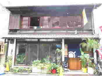 町家を改装して作られたハワイアンカフェ「fukumimi」。ハワイ好きのオーナーが作る本格的なハワイアンパンケーキをはじめ、フレンチトーストやアサイ―ボウルなどがいただけます。店内にはハワイ本も多く置かれていたりと、京町家で異国の雰囲気を味わえる、一風変わったお店です。