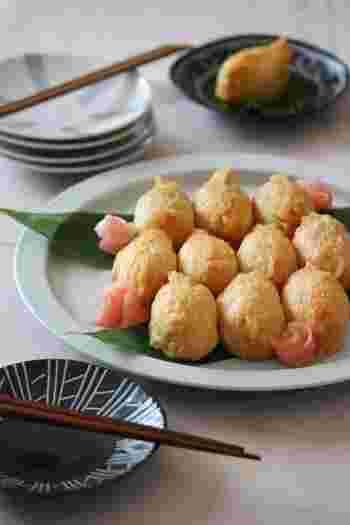 """柚子こしょうをのせたご飯と白だしで煮た甘くないおあげの、大人の""""おいなりさん""""。淡い色合いと小さいサイズがかわいいですね。"""