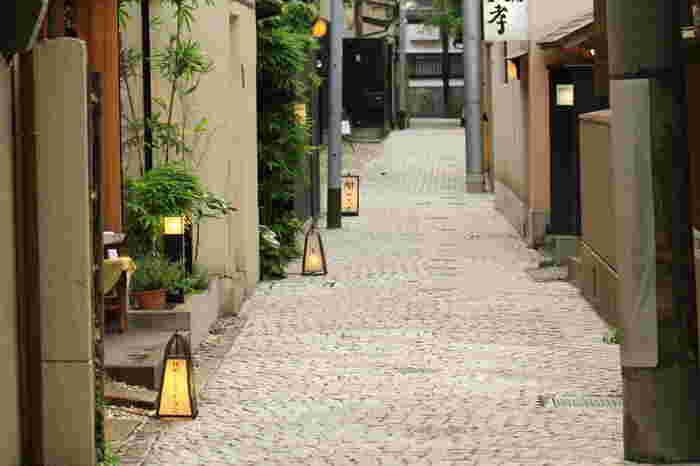 一歩路地裏に入ると、石畳の短い路地が。閑静な雰囲気の中に風情あるステキなお店がちらほら散見されます。